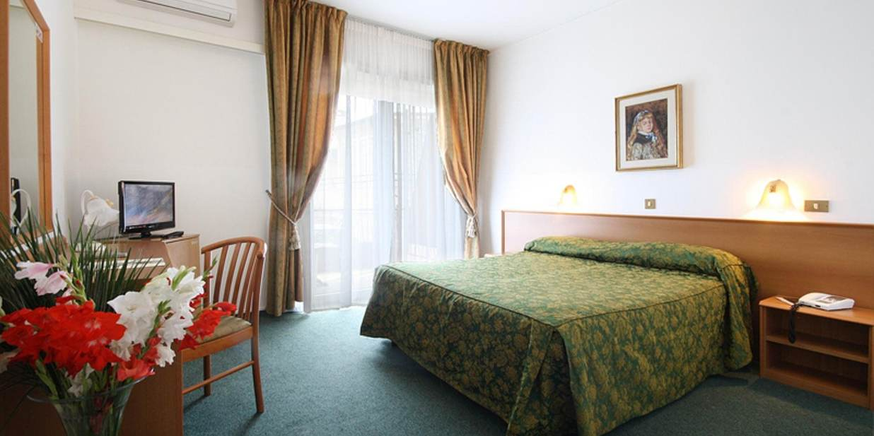 Chambre double ou lits jumeaux standard hotel principe for Chambre double lits jumeaux