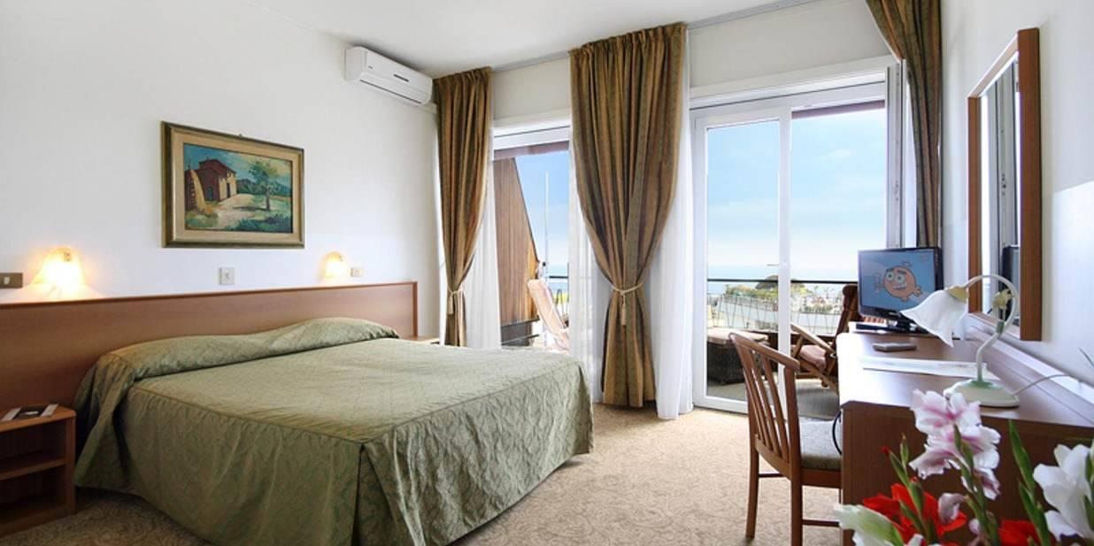 Camera matrimoniale con vista mare hotel principe - Camera matrimoniale con scrivania ...